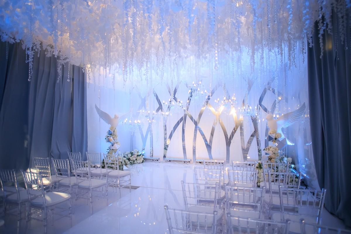 Небо Декор - белый цвет заиграет по-новому, если добавить зеркальный блеск.